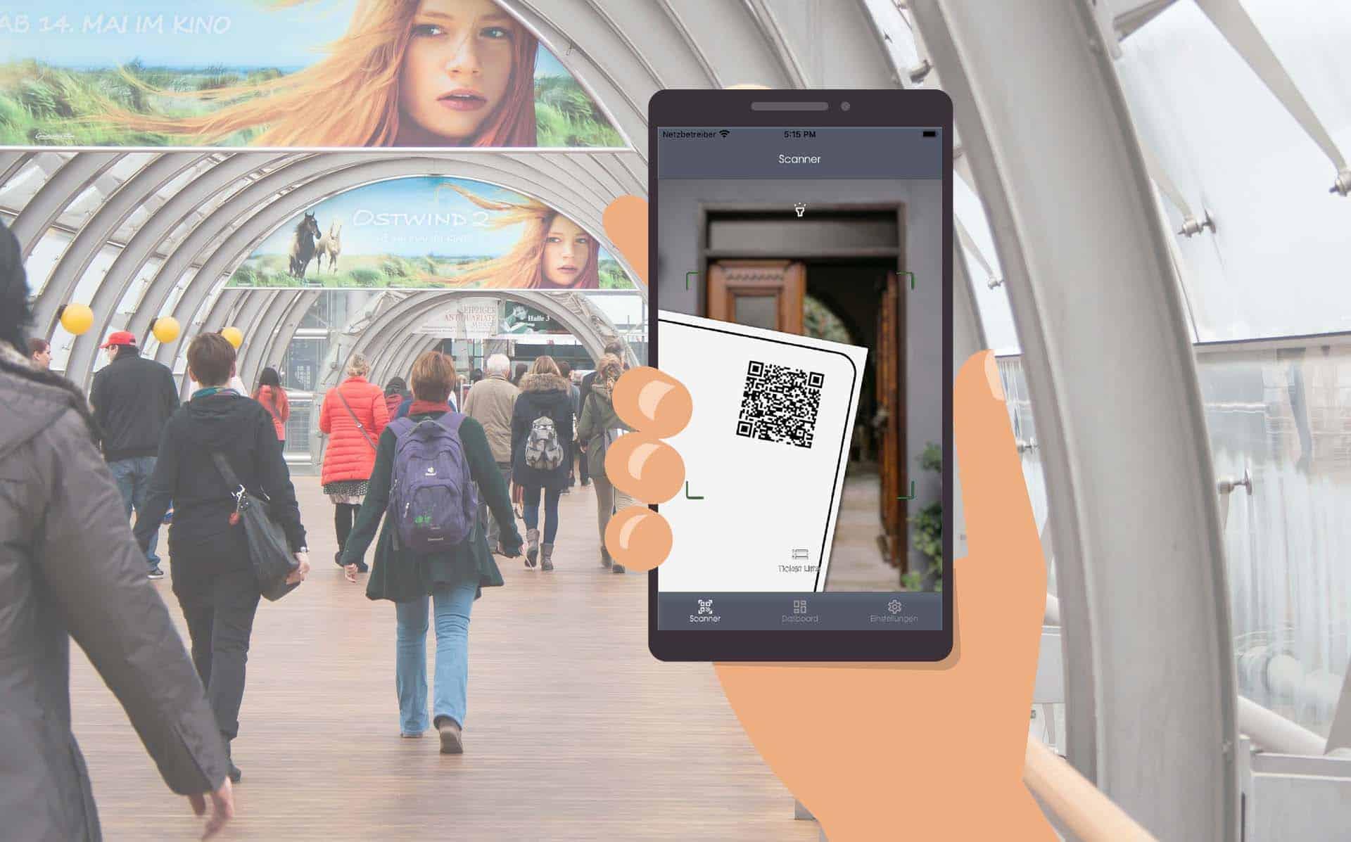 Besucher gehen durch einen Tunnel eines Messegeländes. Eine Hand hält ein Smartphone mit einem Screen der Connfair Admin App.